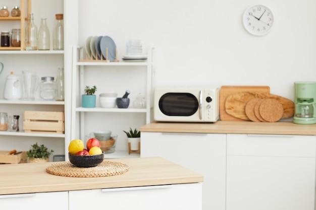 Interno cucina contemporanea con design scandinavo minimale ed elementi in legno