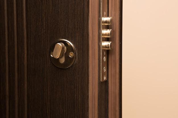 Porta moderna in metallo con serratura. primo piano
