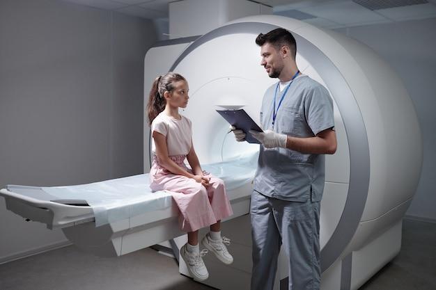 Radiologo contemporaneo che consulta un piccolo paziente
