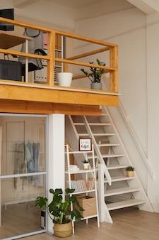 Interno di appartamento contemporaneo a due livelli con posto di lavoro di home office al livello superiore