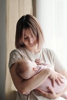 Giovane donna contemporanea che culla la sua bambina