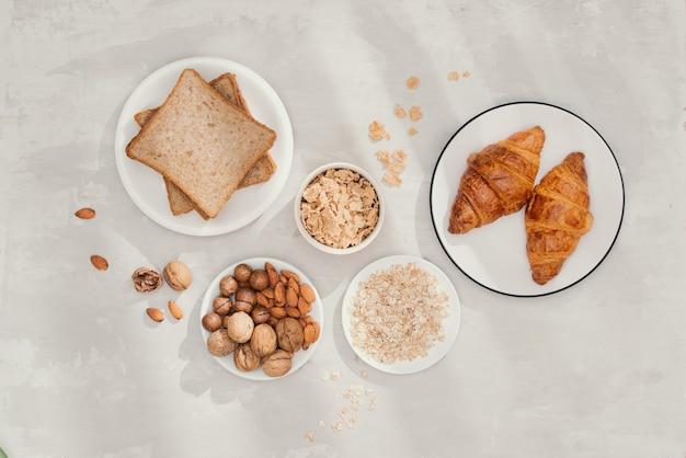 Colazione continentale - toast, croissant, mix di noci, latte