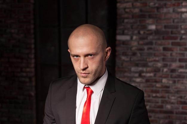 Assassino a contratto in giacca e cravatta rossa.