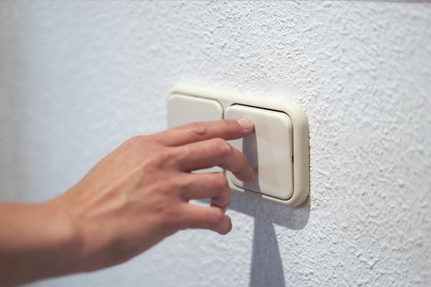 Controllo sull'interruttore della luce, concetto di risparmio di energia elettrica