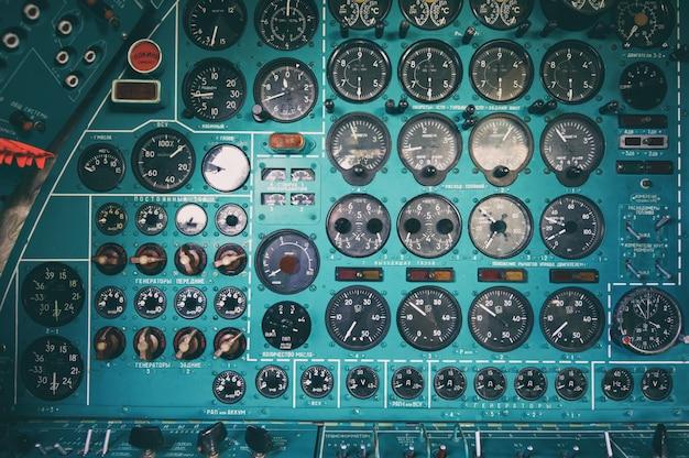 Pannello di controllo in una vecchia cabina di guida dell'aereo dell'urss