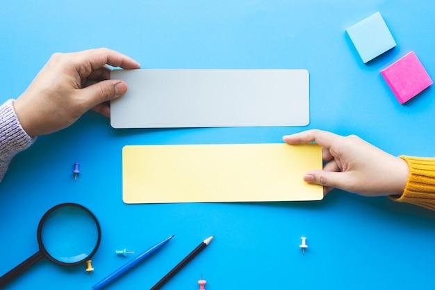 Conversazione o passaparola concetti con mano maschile che tiene carta bianca.spazio copia