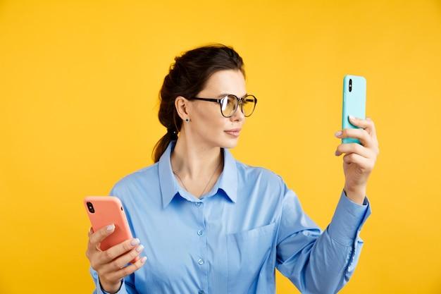 Funnel di conversione, test ab nel marketing e nella pubblicità online. donna castana che tiene le lettere colorate a e b nelle mani con l'espressione del viso.