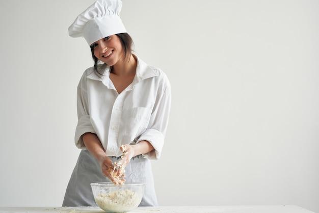 Cuocere il panettiere arrotolare la pasta che cucina il lavoro di pasticceria