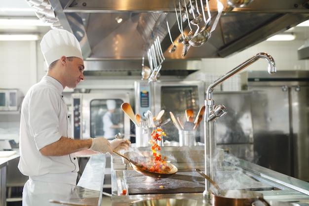Cook cucina in un ristorante.