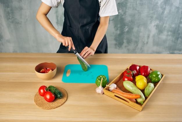 Cucinare il pranzo a casa insalata di cibo vegetariano. foto di alta qualità
