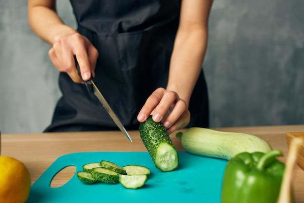 Cucina il pranzo a casa insalata di cibo vegetariano