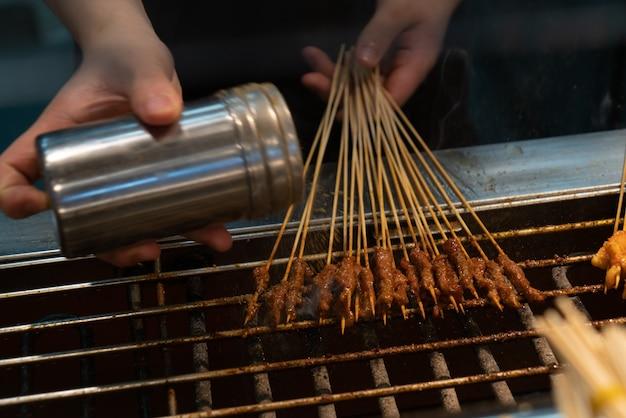 Il cuoco spiedini di manzo arrosto alla griglia