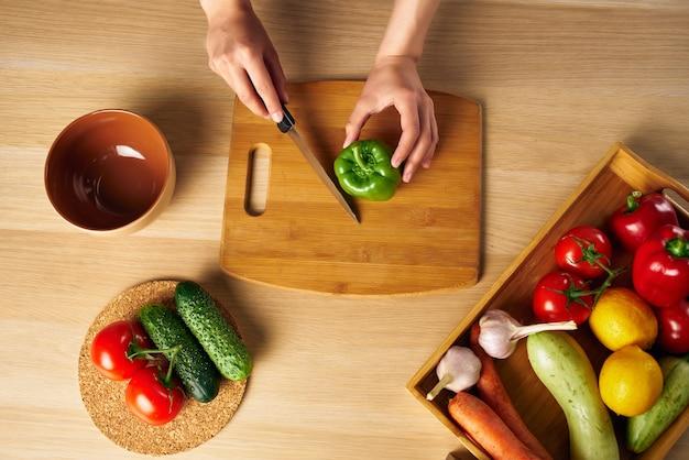 Donna del cuoco che cucina dieta sana dell'insalata di alimentazione
