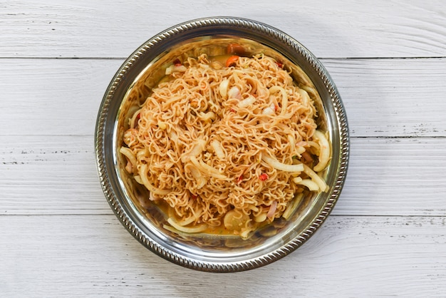 Tagliatelle istantanee cucinate sul piatto alimento tailandese dell'insalata piccante della tagliatella