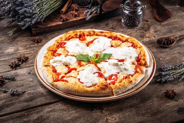 Pizza italiana cotta margarita con formaggio