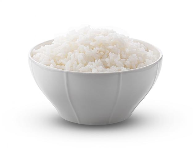Jasmin rice cucinato in ciotola bianca sulla parete bianca.