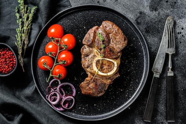 Carne cotta con l'osso osso buco in salsa di pomodoro. spezzatino di carne ossobuco