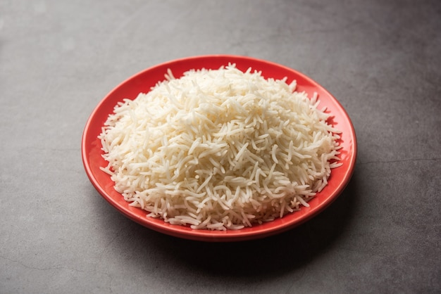 Riso basmati bianco cotto nel piatto rosso