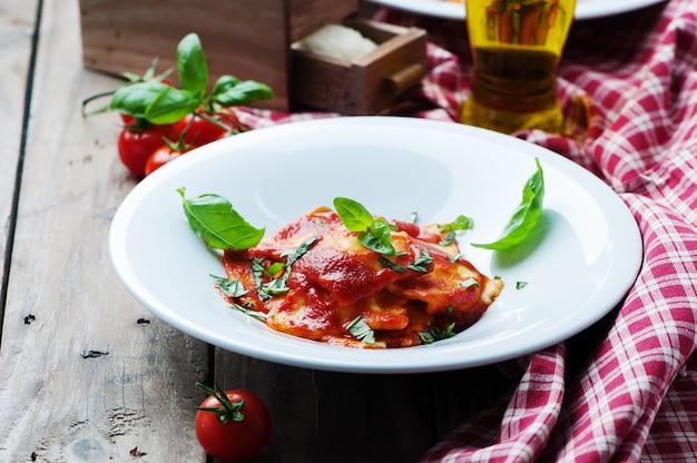 Ravioli cotti con pomodoro e basilico