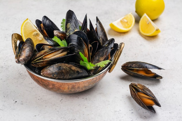 Cozze di mare cotte al limone