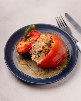 Peperoni ripieni cotti su un piatto