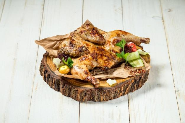 Pollo di tabacco cotto sul bordo di legno