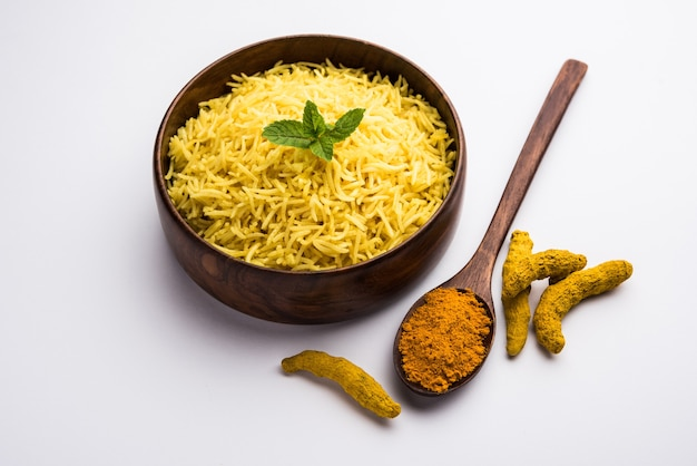 Riso al gelsomino alla curcuma cotto con curcumina in polvere o haldi, cibo indiano