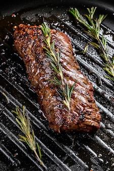 Bistecca di las vegas cotta in padella. carne di manzo in marmo. sfondo grigio. vista dall'alto