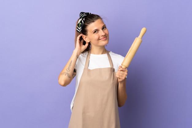 Fornello donna slovacca isolata sulla parete viola che ha dubbi