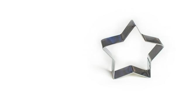 Forma di biscotto a forma di stella su sfondo bianco