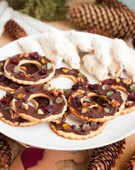Biscotti al cioccolato e zibellino in una decorazione natalizia.