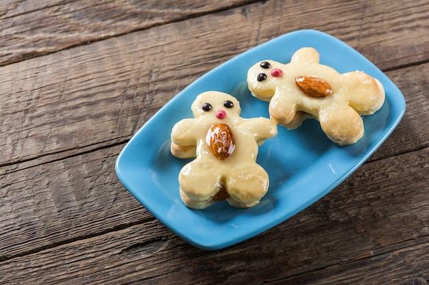 Biscotti sotto forma di simpatici personaggi sul piatto