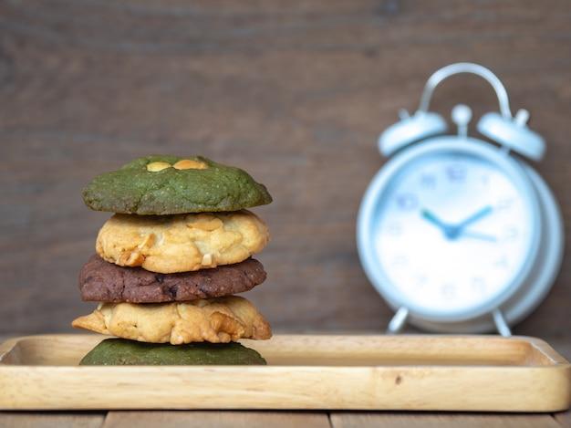 Biscotti compresi burro di arachidi, biscotti del tè verde e biscotti con gocce di cioccolato.