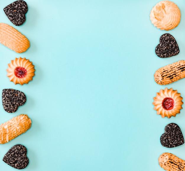 Reticolo dei biscotti su superficie blu