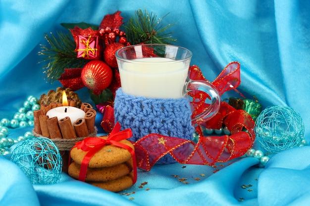 Biscotti per babbo natale: immagine concettuale di biscotti allo zenzero, latte e decorazioni natalizie