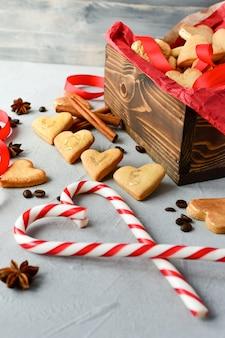 Biscotti a forma di cuore, su biscotti lettere love.decor nastri rossi. buon san valentino