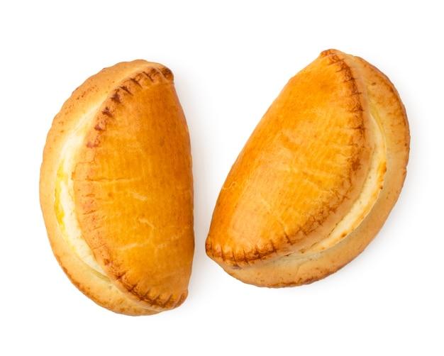 Biscotti sochniki con ricotta su uno sfondo bianco
