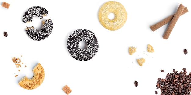 Biscotti su uno sfondo bianco