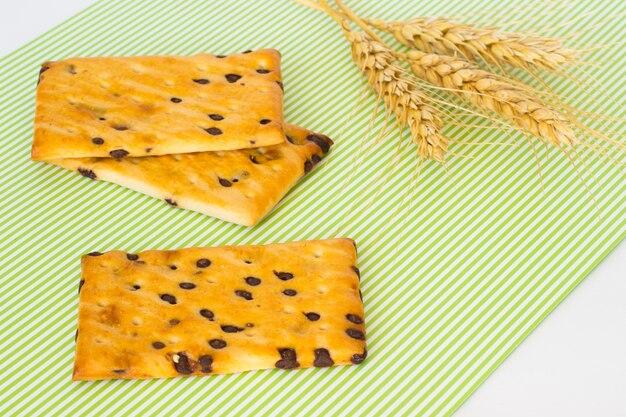 Biscotti con gocce di cioccolato. ramoscello di grano