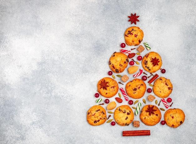 Biscotti con mirtilli rossi sotto forma di un albero di natale