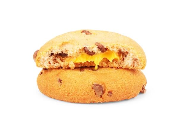 Biscotti con ripieno di crema isolato su sfondo bianco