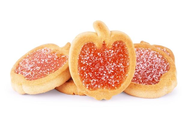 Biscotti con gelatina di frutta, isolati su sfondo bianco