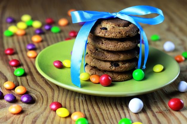 Biscotti con nastro sul piatto caramelle