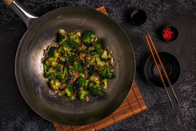 Cucinare wok asiatico con verdure saltate in padella