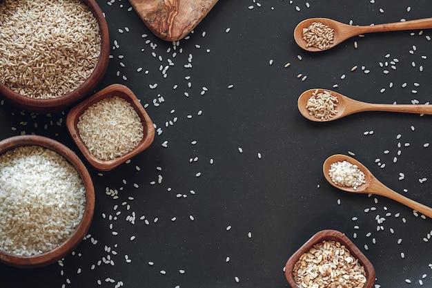 Sfondo di cucina di diversi tipi di riso e cereali