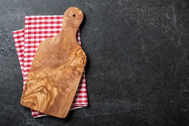 Sfondo di cucina con tagliere e canovaccio
