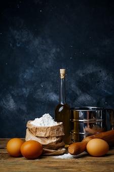 Sfondo di cottura e cottura. vecchia cucina con prodotti e ingredienti per impasto e cottura di pane, pasta e pizza