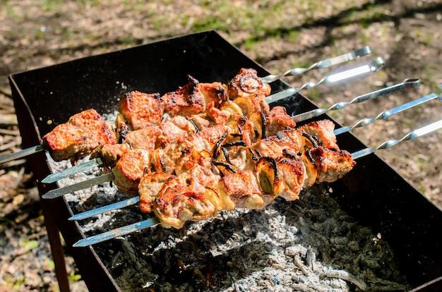 Cucinare barbecue in natura. campeggio e picnic.