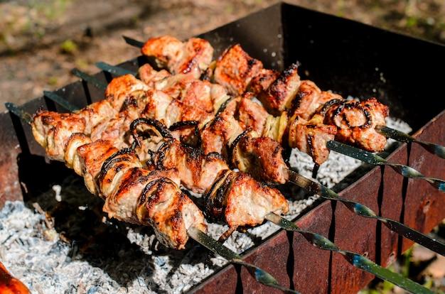 Cucinare barbecue in natura.