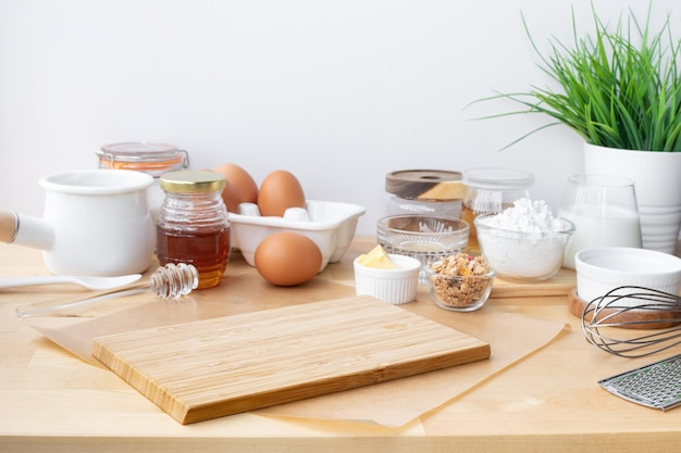 Cucinare cibi per la colazione o prodotti da forno con ingrediente e copiare lo spazio dello sfondo del tagliere.per l'esposizione del prodotto.mangiare sano